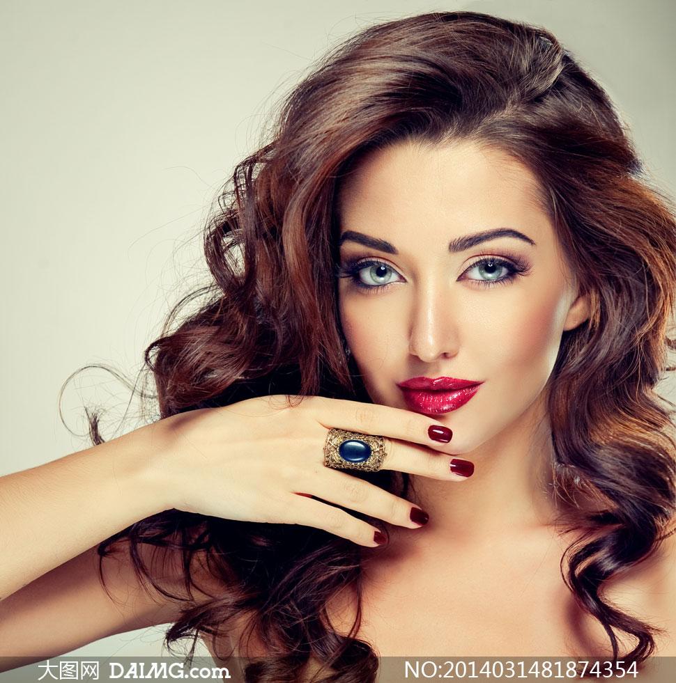 戴戒指的红唇美女人物摄影高清图片