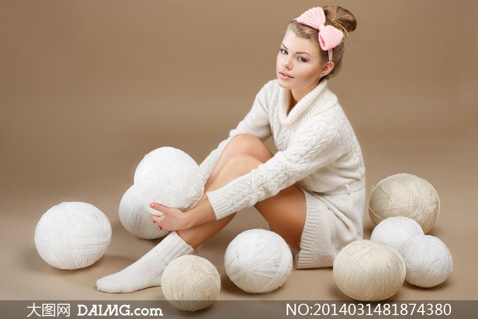 美女女人女性粉色蝴蝶结白色毛衣高领袜子线团发箍头