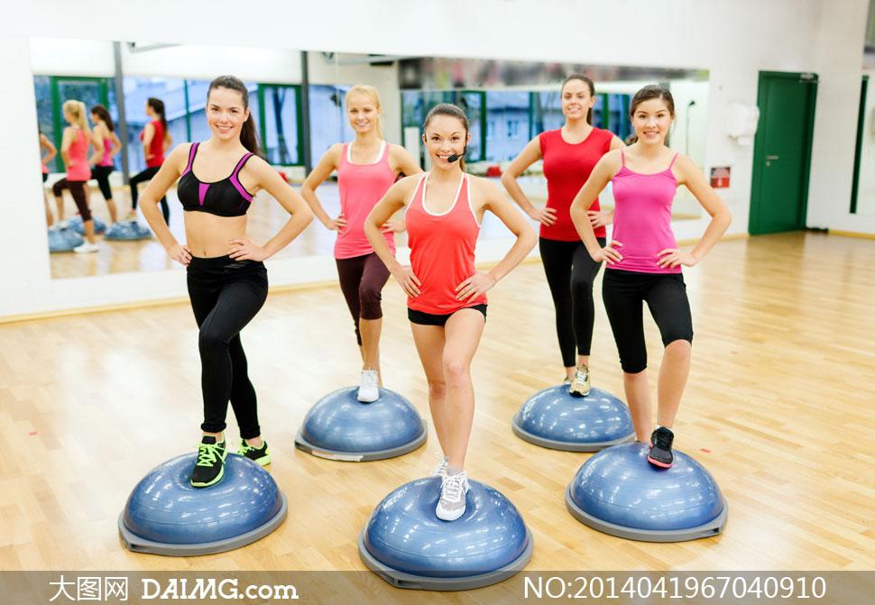 在健身房做运动的美女摄影高清图片