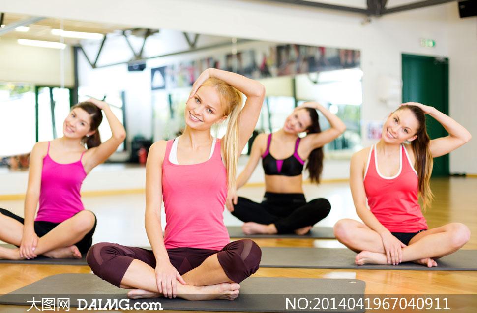 瑜伽垫木地板室内内景美女人物女性女人笑容坐着笑容