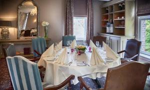 欧式风格房间里的餐桌摄影高清图片