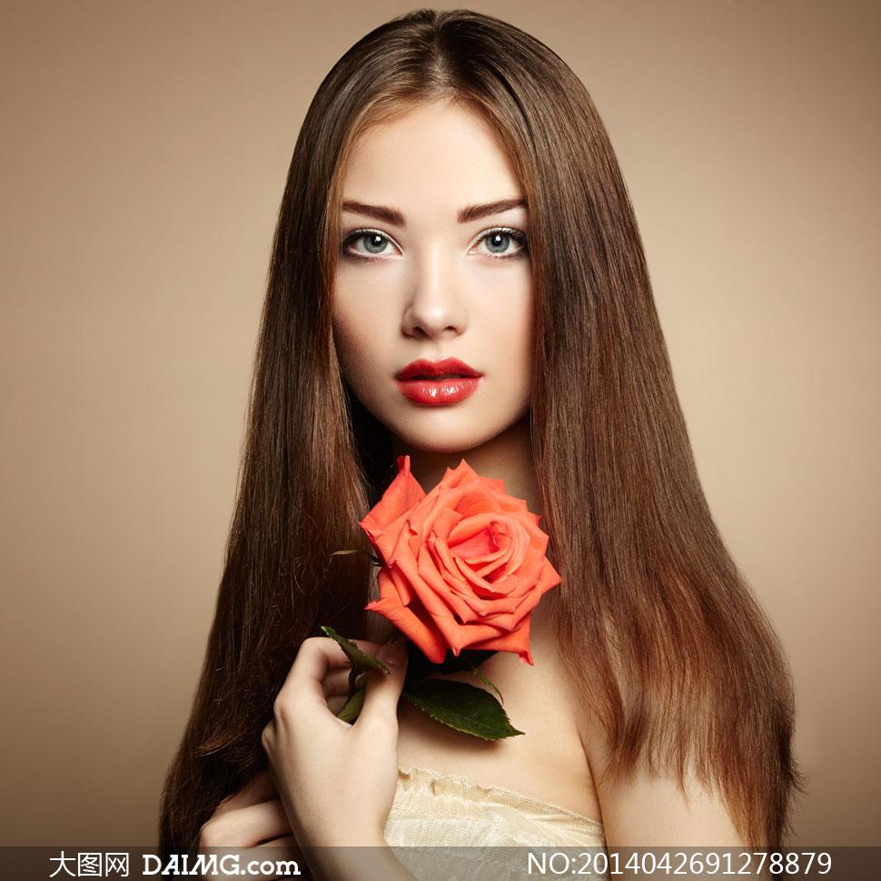 拿玫瑰花的披肩发美女摄影高清图片