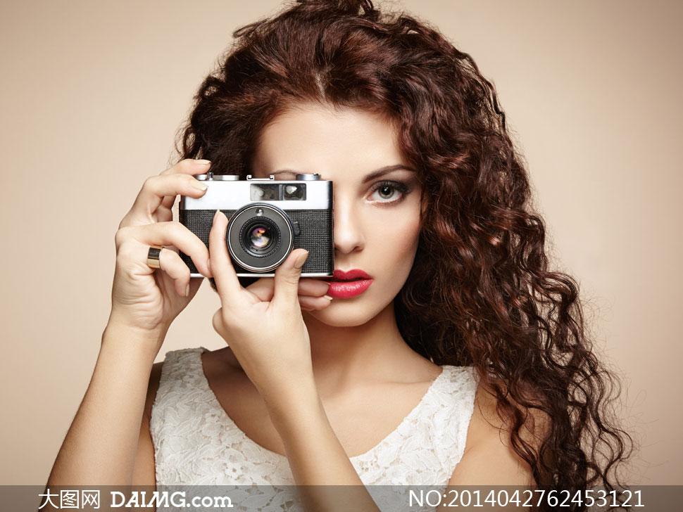 拿相机拍照的红唇美女摄影高清图片