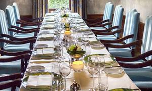 椅子与长桌子上的餐具摄影高清图片