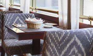 餐厅里临窗的座位近景摄影高清图片