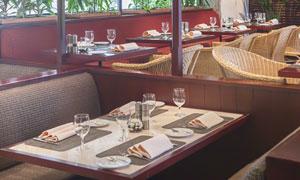 餐桌上的高脚杯等餐具摄影高清图片