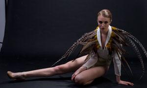 穿着羽毛的欧美女性模特摄影原片