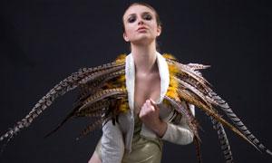 身穿羽毛的欧美模特摄影原片