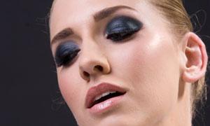 向上看的欧美彩妆模特摄影图片