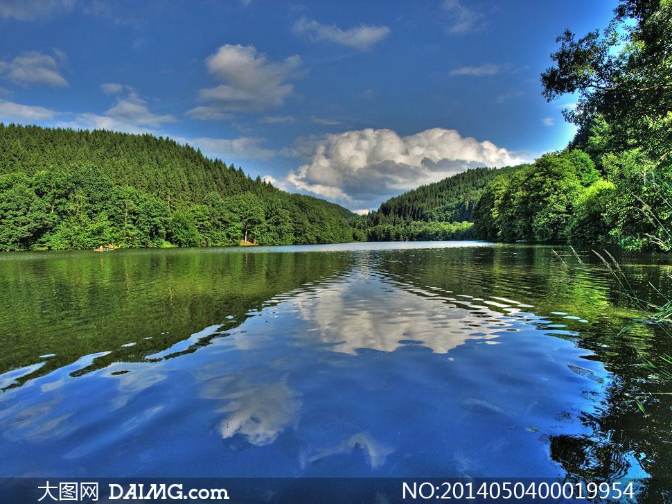 蓝天白云云朵天空夏季绿山树木树林山坡满山树林湖泊湖水倒影自然风景
