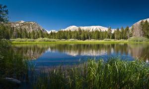 山间湖泊自然风光摄影图片