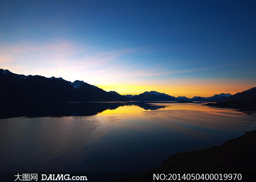 晨曦下的山川河流摄影图片