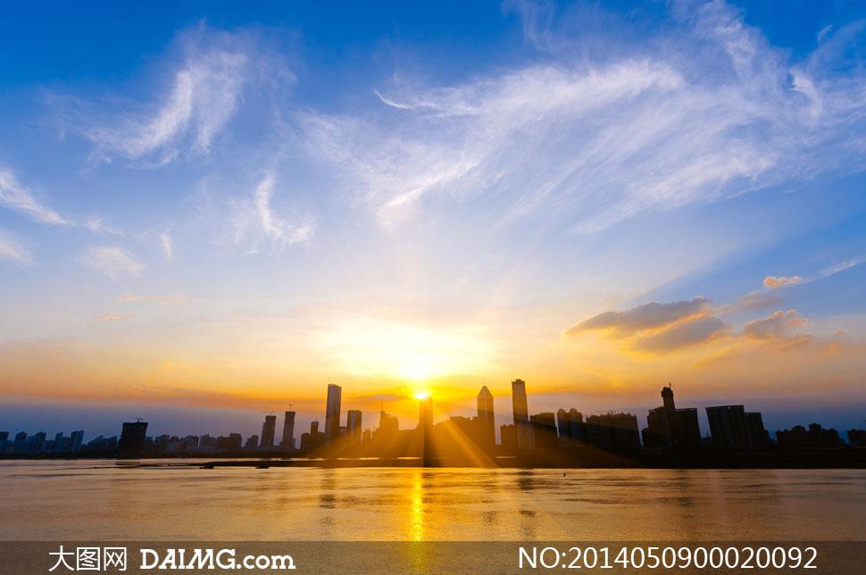 海边城市日落美景摄影图片