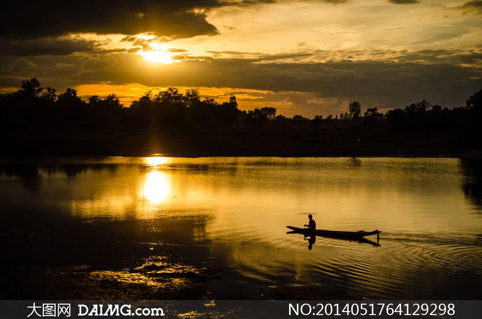 夕阳西下水上扁舟风景摄影高清图片