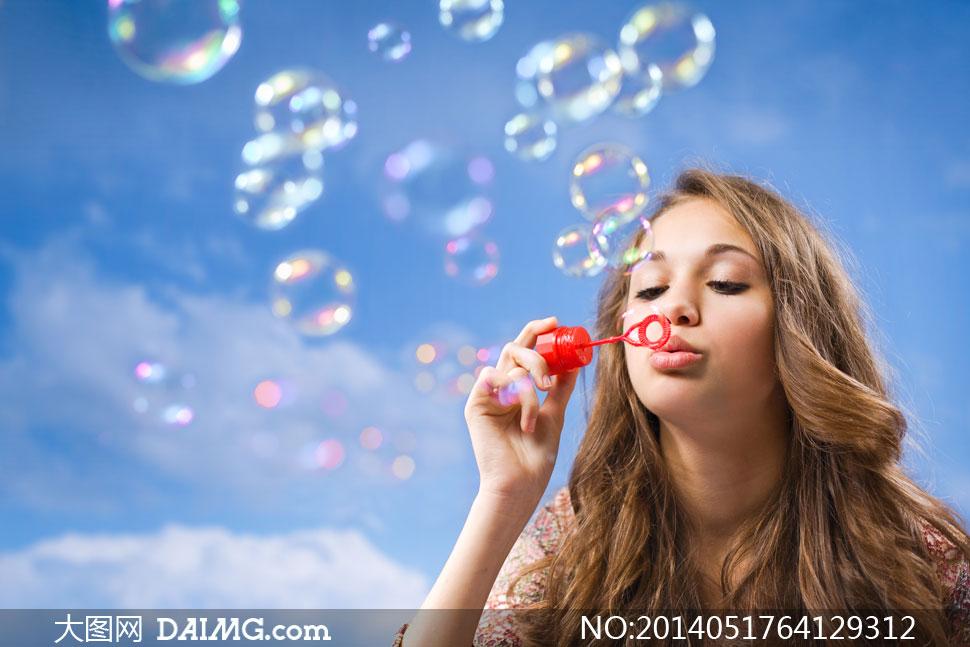 吹泡泡的长发美女人物摄影高清图片