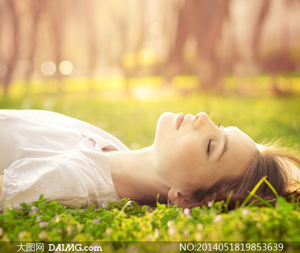 躺在草地上的美女人物摄影高清图片