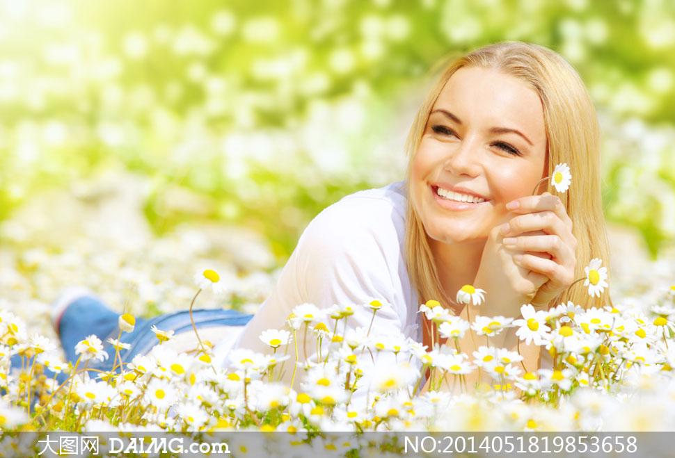 趴在草丛中的美女人物摄影高清图片
