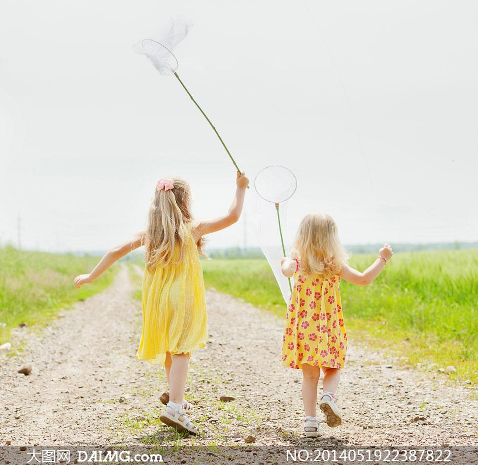 儿童小朋友小女孩背影小路金发蝴蝶结裙子草地田野田园童趣可爱背影