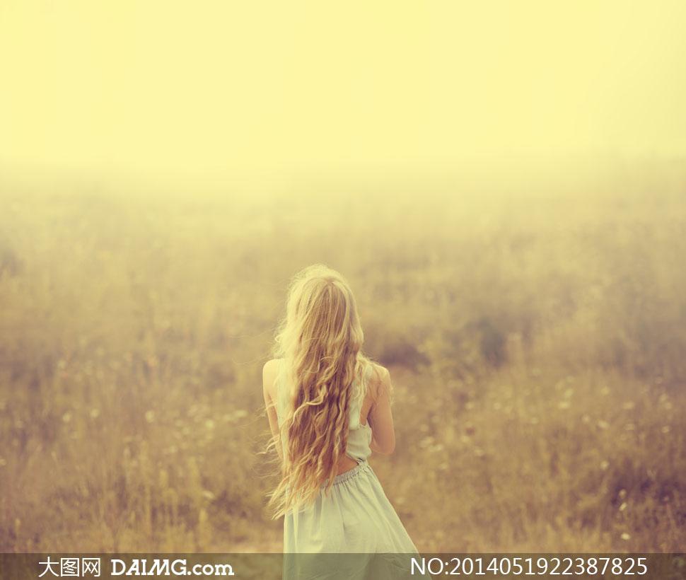人物美女女人女性长发秀发金发田野田园草丛背影裙子