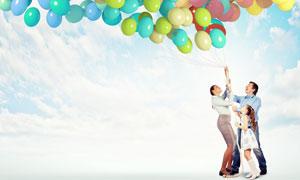 扯缤纷色彩气球的家人摄影高清图片