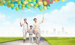 扯气球走在路上的家人摄影高清图片