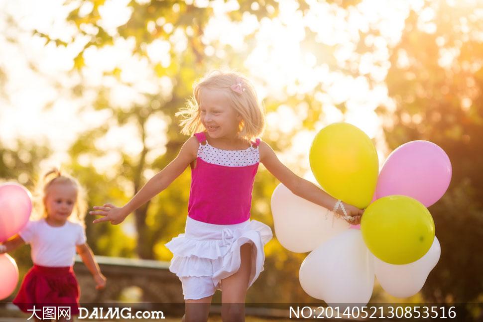 拿着气球在奔跑的小孩摄影高清图片