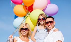 气球与戴墨镜的一家人摄影高清图片
