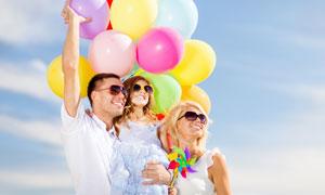 彩色气球与幸福一家人摄影高清图片