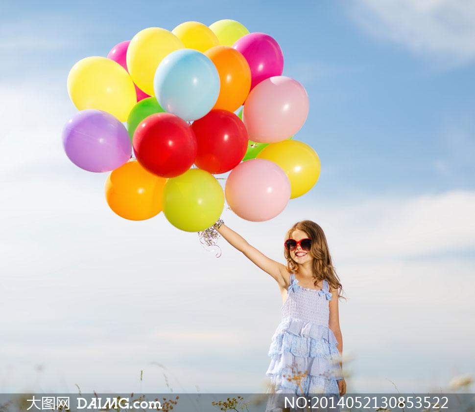 女孩开心笑容气球天空白云蓝天小萝莉墨镜眼镜太阳镜