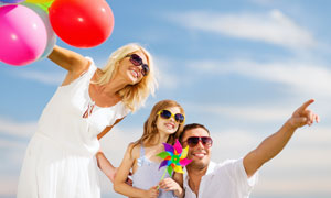 蓝天白云与幸福一家人摄影高清图片