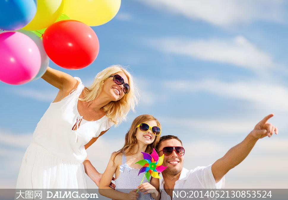 口人小孩儿童幸福家庭小女孩眼镜墨镜太阳镜蓝天白云天空风车手势指向