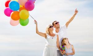 望着天空的幸福一家人摄影高清图片