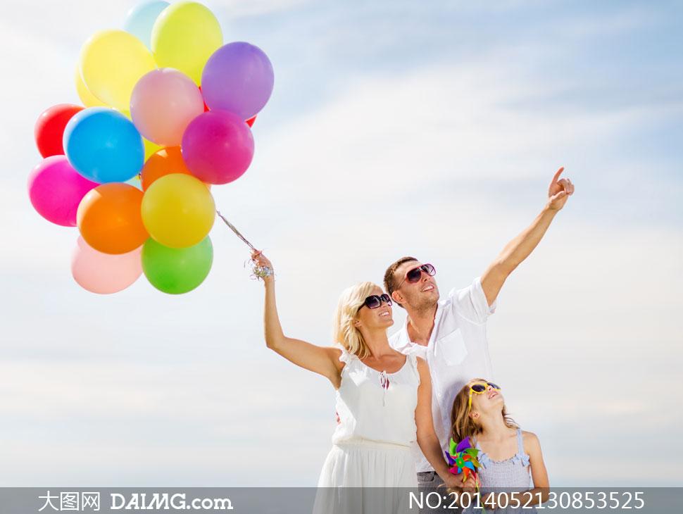 着天空的幸福一家人摄影高清图片图片