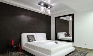 卧室里的顶灯大床摆设摄影高清图片