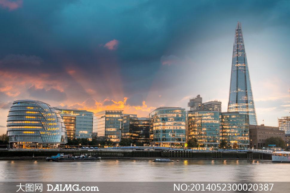 夜幕下的城市建筑物摄影图片
