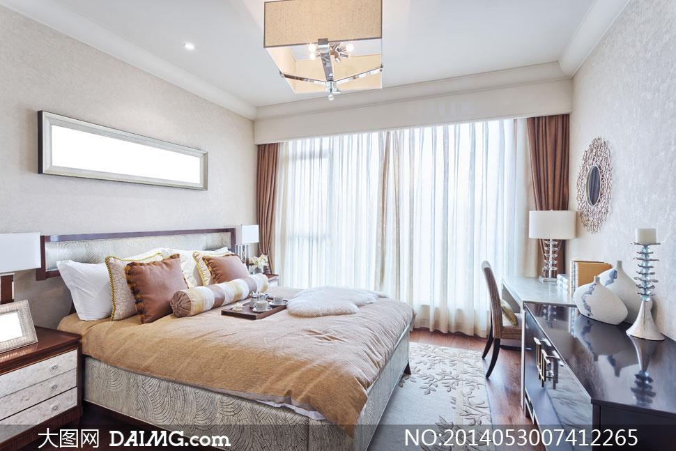 白天卧室里的内景陈设摄影高清图片