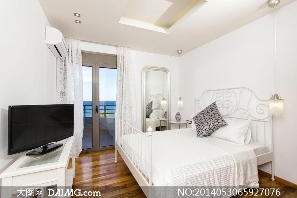 卧室电视机空调与床等摄影高清图片