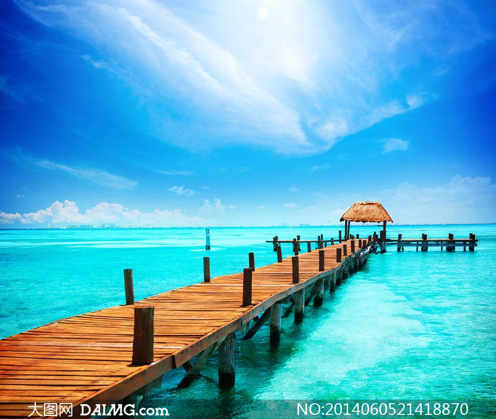 蓝天白云浅滩栈桥海景摄影高清图片