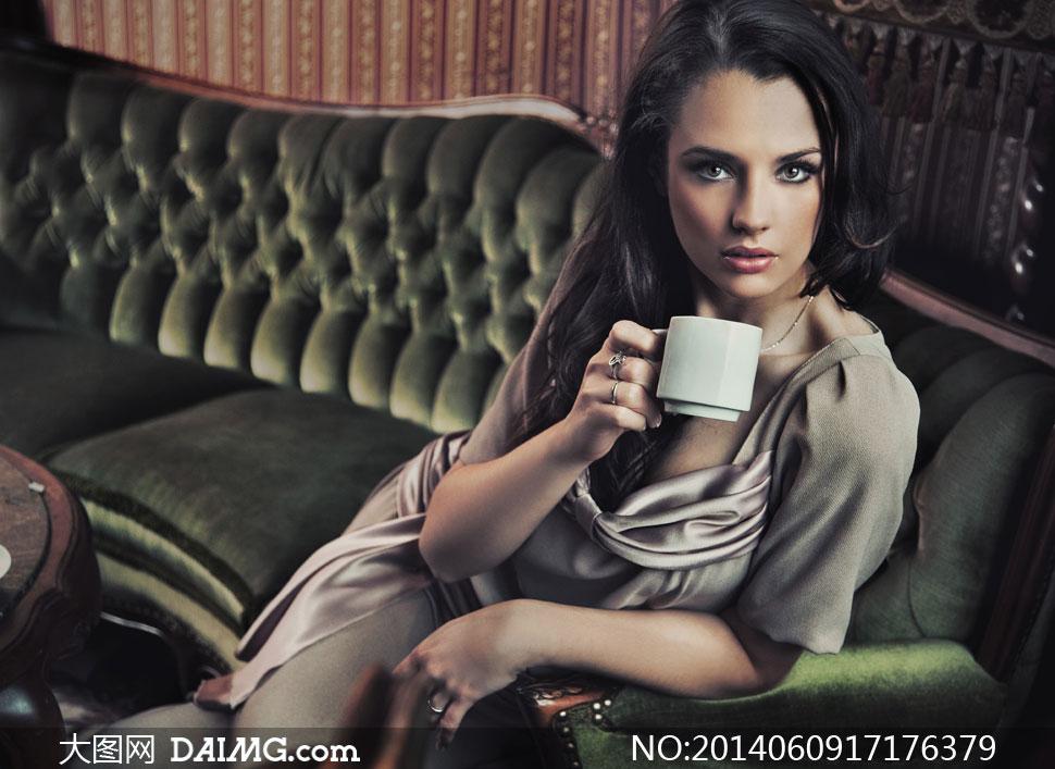 坐沙发上喝咖啡的美女摄影高清图片