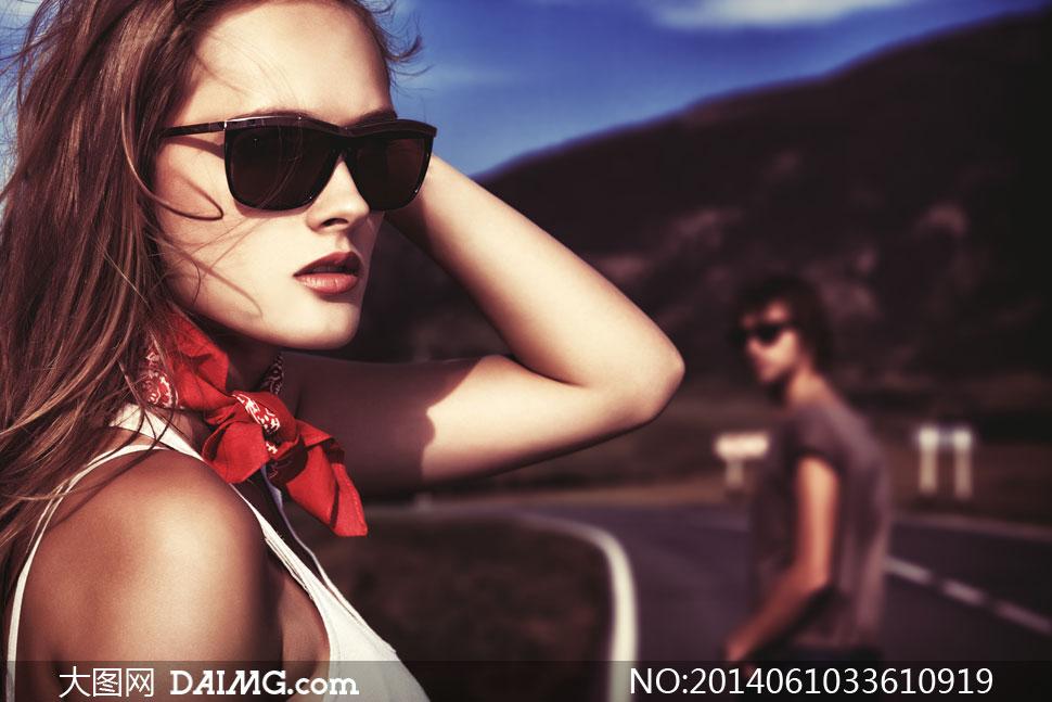 关键词: 高清摄影大图图片素材人物美女写真女性女人模特墨镜太阳镜