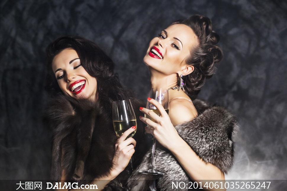 碰杯喝酒的俩浓妆美女摄影高清图片 大图网设