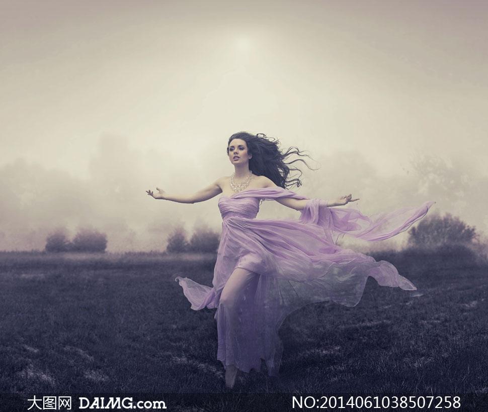 田间张开双臂的紫裙女摄影高清图片
