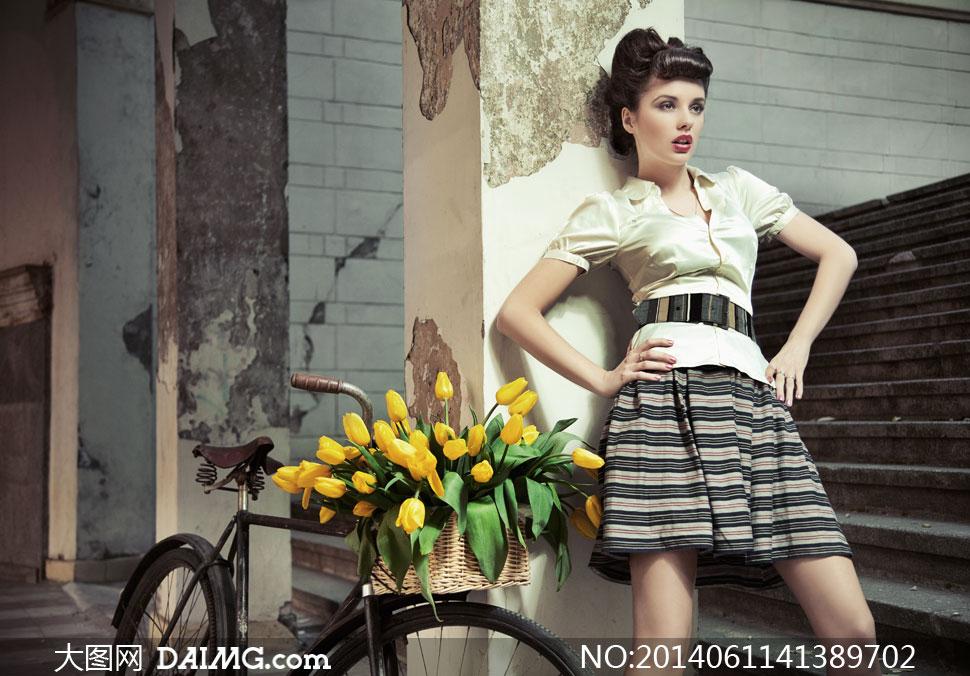 自行车与复古装扮美女摄影高清图片