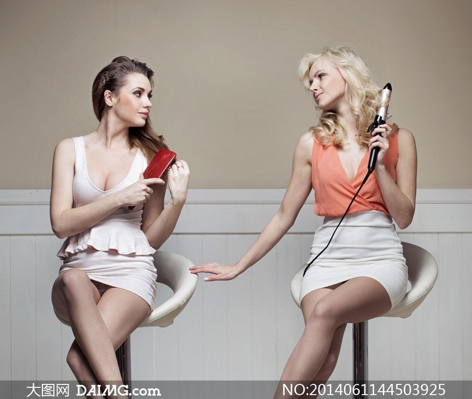 美女写真女性女人模特长发秀发梳头卷发低胸性感短裙