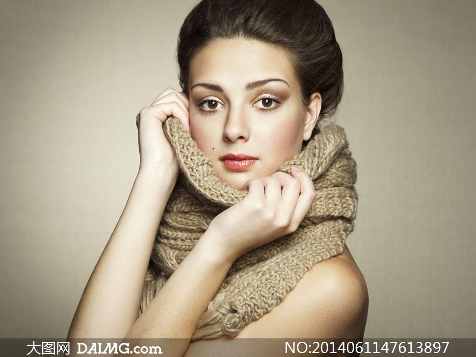脖子上缠着围巾的美女摄影高清图片 大图网设