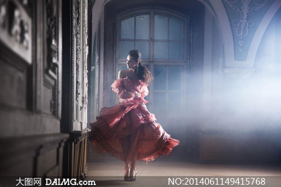 欧式房间里的长裙美女摄影高清图片 大图网设