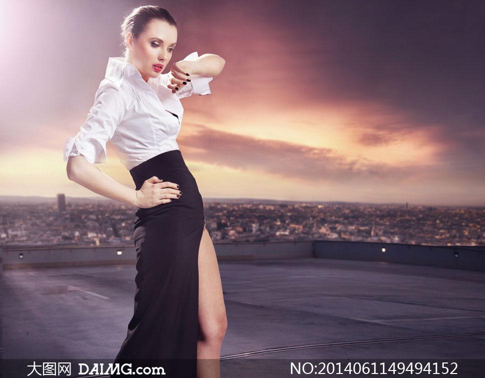 站在天台上的长裙美女摄影高清图片