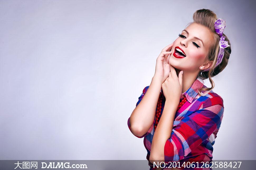 穿撞色格纹高清的美女v高清图片衬衫兵团的兵超级美女王txt图片