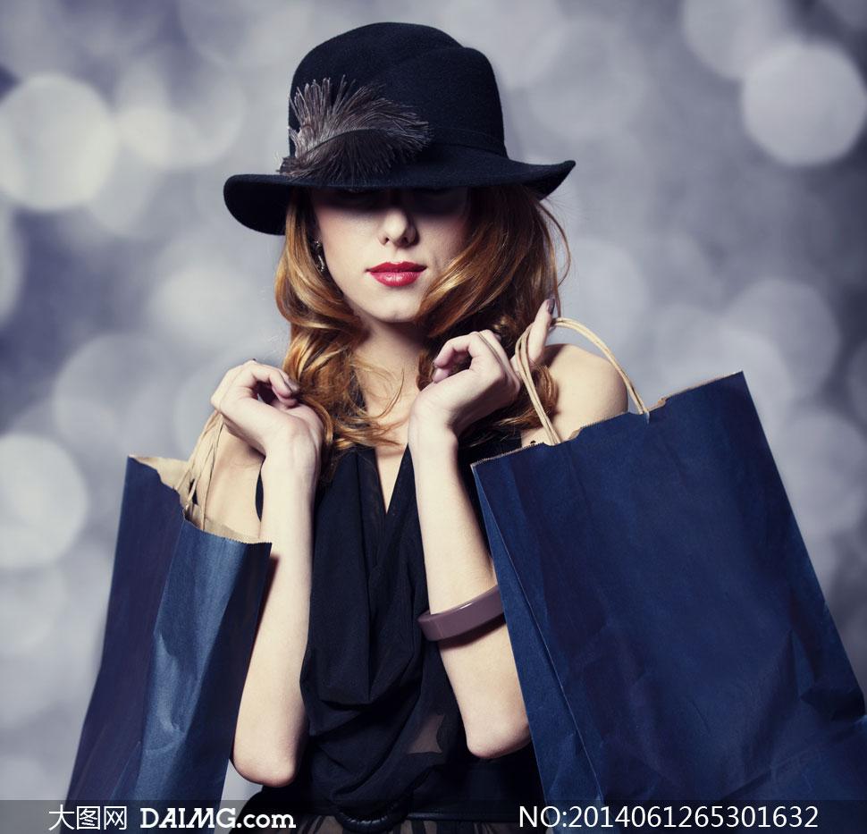 手里拿着购物袋的美女摄影高清图片