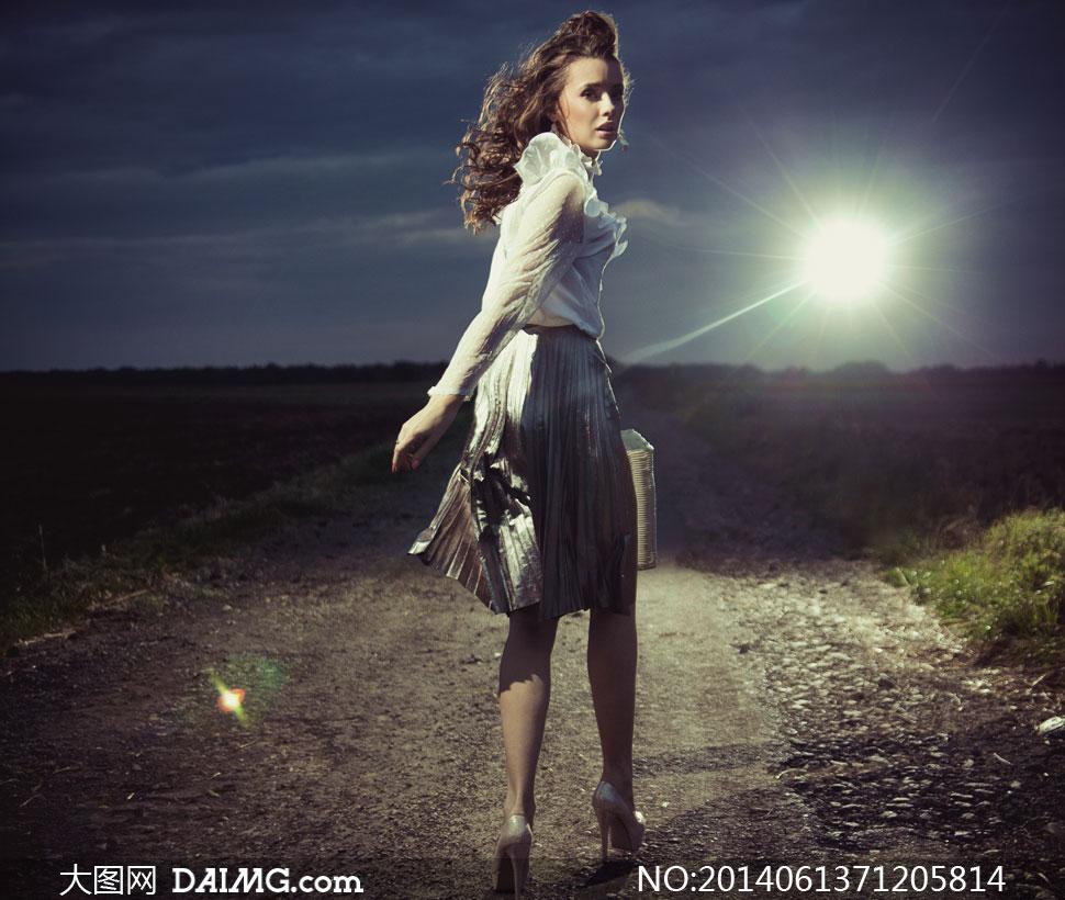 穿着高跟鞋的落跑美女摄影高清图片